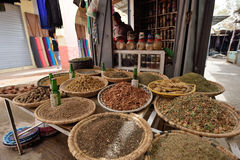 O homem troca especiarias em um mercado Fotos de Stock