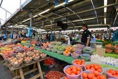 O homem troca frutos Fotografia de Stock Royalty Free