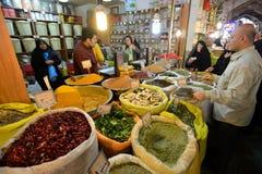O homem troca o alimento e especiarias iranianos tradicionais Imagem de Stock Royalty Free