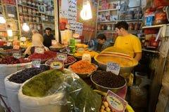 O homem troca o alimento iraniano tradicional Fotos de Stock Royalty Free