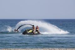 O homem turco não identificado demonstra a acrobacia do flyboard no Fotos de Stock Royalty Free