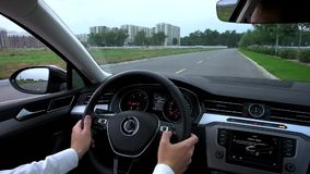 O homem usa o multifunction no carro video estoque