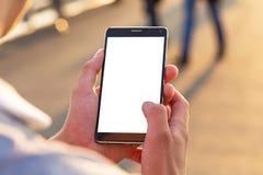 O homem usa seu telefone celular exterior Fotografia de Stock Royalty Free