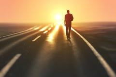 O homem vai em uma estrada imagens de stock