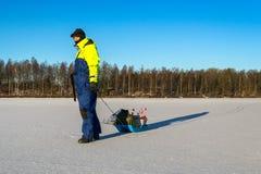O homem vai pesca do gelo Fotografia de Stock