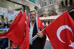 O homem vende bandeiras nacionais turcas Imagens de Stock Royalty Free