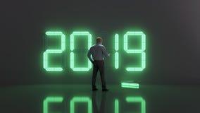 O homem verifica o tempo na véspera do 2019 novo fotos de stock