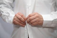 o homem veste a camisa branca imagens de stock royalty free