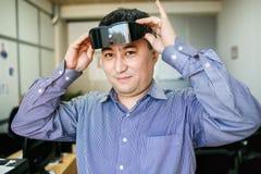 O homem veste a realidade virtual dos vidros fotos de stock