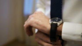 O homem veste um relógio em seu braço video estoque