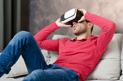 O homem veste vidros da realidade virtual com smartphone para dentro Imagens de Stock Royalty Free