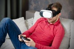 O homem veste vidros da realidade virtual com smartphone para dentro Fotografia de Stock Royalty Free