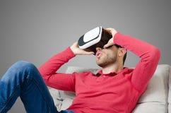 O homem veste vidros da realidade virtual com smartphone para dentro Foto de Stock Royalty Free