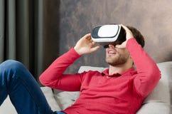 O homem veste vidros da realidade virtual com smartphone para dentro Fotografia de Stock
