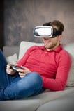 O homem veste vidros da realidade virtual com smartphone para dentro Imagem de Stock