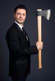 O homem vestido mostra um machado Fotografia de Stock