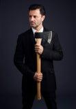 O homem vestido mostra um machado Imagem de Stock