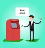 O homem vestido no terno obtém o dinheiro do ATM e está feliz Imagem de Stock Royalty Free