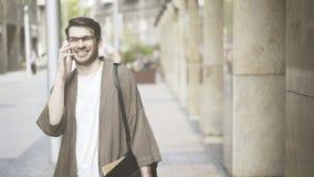 O homem vestiu-se em risos e em negociações da roupa ocasional no telefone Fotografia de Stock Royalty Free