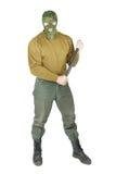 O homem vigoroso que veste uma máscara do camouflag guarda o clube de borracha Fotografia de Stock Royalty Free