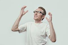 O homem virado no olhar da raiva deixou e levanta suas mãos Imagens de Stock Royalty Free