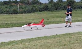 O homem voa Airplane modelo com controlador Imagens de Stock