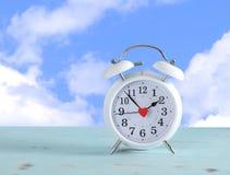 O horário de verão cronometra o pulso de disparo branco com fundo do céu Fotos de Stock Royalty Free