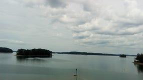 O horizonte deste lago imponente foto de stock