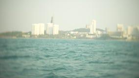 O horizonte urbano moderno Terraplenagem da paisagem da cidade com os arranha-c?us muito altos vista do mar, 4k, borr?o video estoque