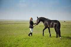 O Horsewoman treina o cavalo Fotos de Stock Royalty Free