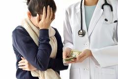 O hospital e as despesas médicas, cara-palming paciente da mulher preocuparam-se sobre cargas médicas da taxa para o tratamento d fotos de stock