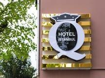O hotel assina dentro Istambul Imagens de Stock