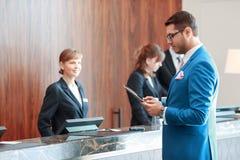 O hotel dá boas-vindas a um convidado hoje Fotografia de Stock Royalty Free