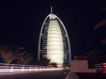 O hotel de Burj Al Arab em Dubai na noite imagens de stock royalty free