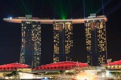 O hotel de Marina Bay Sands com luz e o laser mostram em Singapura Fotografia de Stock Royalty Free