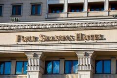 O hotel de quatro estações assina dentro Moscou, Rússia imagens de stock