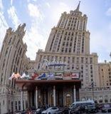 O hotel de Radisson é a entrada central, a fachada da construção é curvado levemente foto de stock royalty free