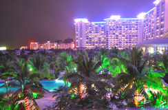 O hotel de recurso bonito na noite foto de stock royalty free