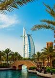 O hotel e o distrito famosos do turista de Madinat Jumeirah 3, 2013 em Dubai Fotos de Stock Royalty Free