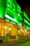 O hotel e os restaurantes iluminados no por do sol no oceano conduzem Foto de Stock