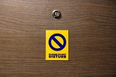 O hotel faz não os cartões do ímã do distrub que penduram sinais no de madeira para fazer fotos de stock
