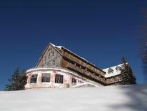 O hotel velho, de madeira construído no estilo tradicional fotos de stock