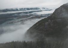 O Howe Sound aparece entre camadas de nuvens no Columbia Britânica fotos de stock royalty free