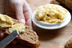 O hummus cremoso espalhou no pão inteiro do trigo e de centeio Fotos de Stock Royalty Free