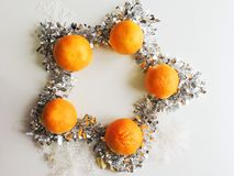 O humor do Natal decora os brinquedos e o ouropel bonitos da árvore de Natal Fotos de Stock Royalty Free