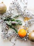 O humor do Natal decora os brinquedos e o ouropel bonitos da árvore de Natal Foto de Stock