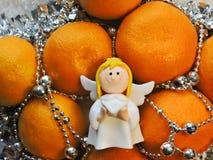 O humor do Natal decora os brinquedos e o ouropel bonitos da árvore de Natal Imagem de Stock Royalty Free