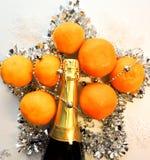 O humor do Natal decora os brinquedos e o ouropel bonitos da árvore de Natal Fotografia de Stock