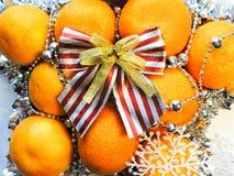 O humor do Natal decora os brinquedos e o ouropel bonitos da árvore de Natal Imagem de Stock