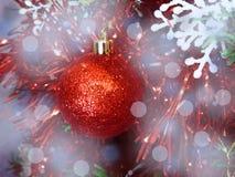 O humor do Natal decora os brinquedos e o ouropel bonitos da árvore de Natal Imagens de Stock Royalty Free